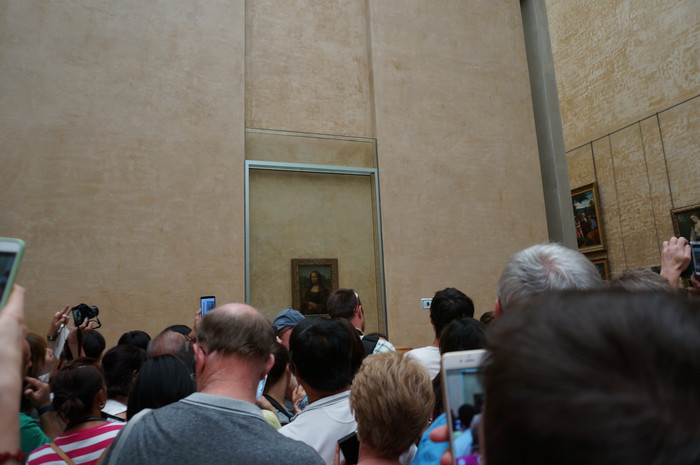 c06_Louvre Museum Mona Lisa smile crowded