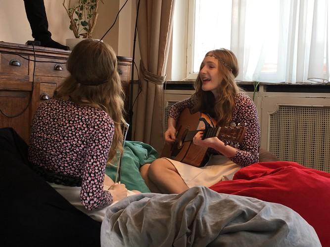 b02-prague-mcsleep-hostel-singing-girls