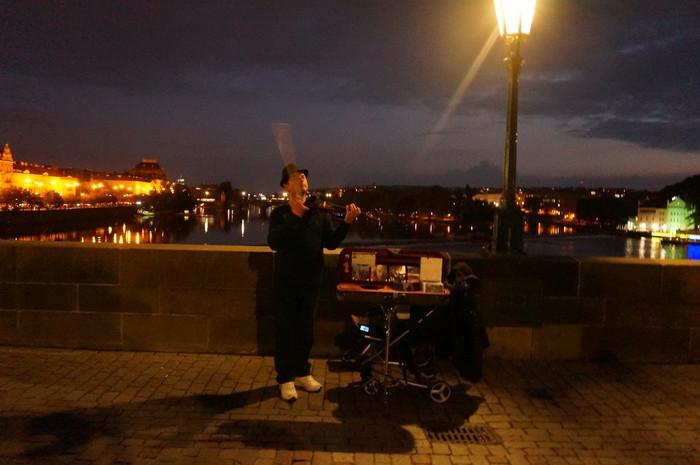 d05-prague-charles-bridge-street-music